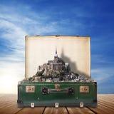 Abadía de Mont Saint Michel en maleta Imágenes de archivo libres de regalías