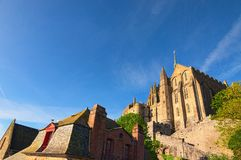 Abadía de Mont Saint Michel que sorprende en la cima de la colina Edificios antiguos de la ciudad vieja en la isla famosa de Mont Fotos de archivo libres de regalías