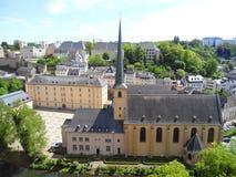 Abadía de Neumunster, con el paisaje imponente de la ciudad más baja de Grund de la ciudad de Luxemburgo Imagenes de archivo