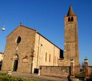 Abadía de Santo Stefano en el carrare iluminado por el sol dos en la provincia de Padua en Véneto (Italia) Imagen de archivo
