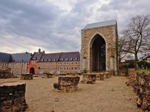 Abadía de Stavelot con la puerta medieval de la entrada en un día nublado Fotografía de archivo