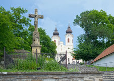 Abadía de Tihany del benedictino en Hungría, con la cruz de piedra de Cristo Fotografía de archivo