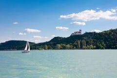 Abadía de Tihany y un velero del lago Balatón Fotos de archivo