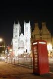 Abadía de Westminster y cabina de teléfono en la noche Fotografía de archivo