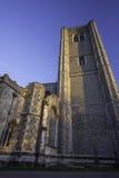 Abadía de Wymondham Iglesia normanda impresionante contra el cielo azul Imágenes de archivo libres de regalías
