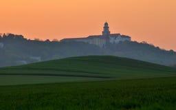 Abadía en el tiempo de la puesta del sol, Hungría de Pannonhalma Foto de archivo