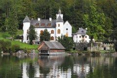 Abadía en la orilla del lago Hallstatt Foto de archivo libre de regalías