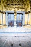 abadía en puerta de la iglesia y pared antigua del mármol Fotografía de archivo