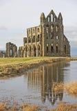 Abadía inglesa antigua con la reflexión Imagenes de archivo