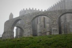 Abadía medieval en la niebla Fotografía de archivo libre de regalías