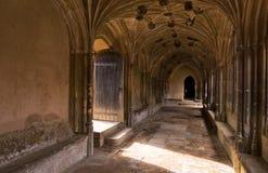 Abadía medieval y luz de Inglaterra que vienen a través de puerta de entrada Imagen de archivo libre de regalías