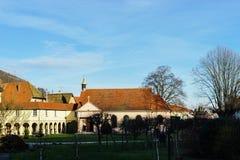 Abadía renovada en pequeño pueblo francés Imágenes de archivo libres de regalías