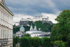 Abadía y la fortaleza de Hohensalzburg, Austria del ` s de San Pedro Imagen de archivo libre de regalías