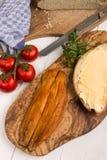 Abadejos británicos ahumados con pan y mantequilla, perejil y tomate Fotos de archivo libres de regalías