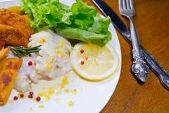 Abadejos cocidos limón con las patatas fritas Sause del limón, Foto de archivo libre de regalías