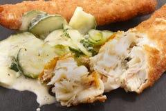 Abadejos fritos y ensalada fresca del pepino en pizarra Imagenes de archivo