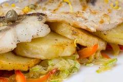 Abadejos y verduras fritos Foto de archivo