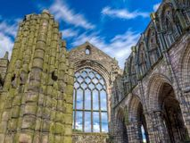 Abadia abandonada no pal?cio de Holyroodhouse, Edimburgo, Esc?cia fotografia de stock