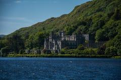 Abadia atrás do lago, Connemara de Kylemore Imagens de Stock