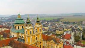 Abadia bonita de Melk em Áustria, arquitetura antiga que sightseeing, vista aérea vídeos de arquivo