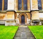 abadia do weinstmister da janela cor-de-rosa na porta velha da igreja de Londres e no miliampère fotos de stock