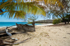 Abadoned-Boot im sandigen Strand in Antsiranana-Bucht Madagaskar Stockbilder