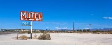 Abadoned, sinal do motel do vintage na rota 66 Imagens de Stock Royalty Free