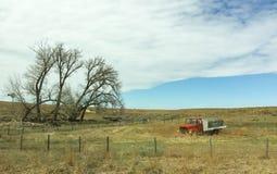 Abadoned-Tankwagen auf dem grasartigen Gebiet Stockbilder