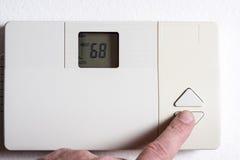 Abaissement de la température sur un thermostat Photographie stock