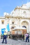 Abaissement du drapeau guatémaltèque le Jour de la Déclaration d'Indépendance, l'Antigua, Guatem Images stock