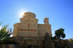 Abaissez l'église du monastère d'Ostrog avec le rayon de soleil, Monténégro Photos libres de droits