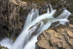 Abaissez l'étape de la cascade de Svartifoss - Islande Photo stock