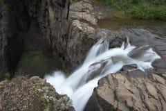 Abaissez l'étape de la cascade de Svartifoss - Islande Photographie stock libre de droits