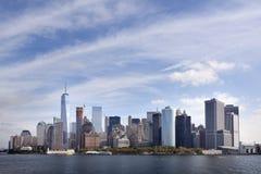 Abaissez l'horizon de Manhattan avec le ciel bleu et les nuages vus du s Image libre de droits