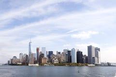 Abaissez l'horizon de Manhattan avec le ciel bleu et les nuages vus du s Photos stock