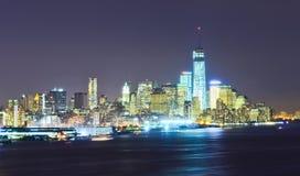 abaissez l'horizon de nuit de Manhattan Photo stock