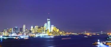 abaissez l'horizon de nuit de Manhattan Photos stock