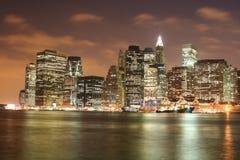 abaissez l'horizon de nuit de Manhattan Photographie stock