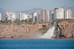 Abaissez la cascade de Duden à Antalya (Turquie) Photo stock