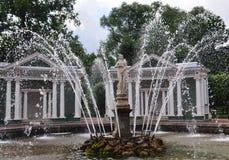 Abaissez la fontaine du parc Ève de Peterhof Images stock