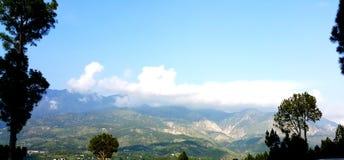 Abaissez la gamme de montagnes de l'Himalaya en vallée khaghan Image libre de droits