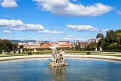 Abaissez la piscine de cascade dans le jardin de belvédère, Vienne Photos stock