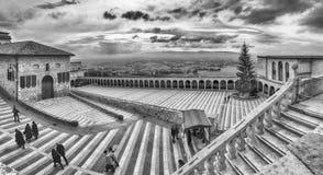 Abaissez la plaza de la basilique de St Francis, Assisi, Italie Images libres de droits