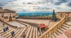 Abaissez la plaza de la basilique de St Francis, Assisi, Italie Photographie stock