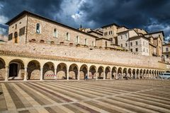Abaissez la plaza de St Francis - Assisi, Italie Image libre de droits