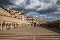 Abaissez la plaza de St Francis - Assisi, Italie Images libres de droits