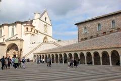 Abaissez la plaza de St Francis, Assissi, Italie Photo stock