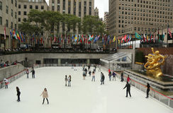 Abaissez la plaza du centre de Rockefeller avec la piste de patinage dans Midtown Manhattan Photos libres de droits