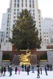 Abaissez la plaza du centre de Rockefeller avec la piste de patinage et de l'arbre de Noël dans Midtown Manhattan Photos libres de droits