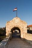 Abaissez la porte Nin, Croatie de ville Photographie stock libre de droits